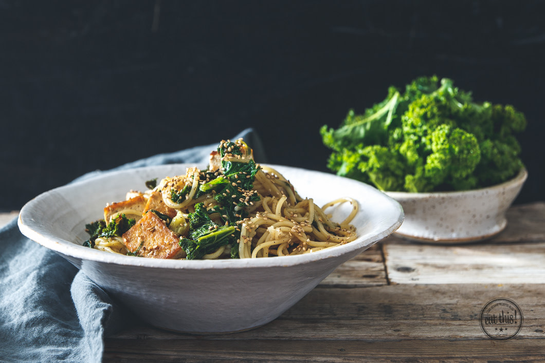Soba-Nudeln mit Grünkohl und Tofu