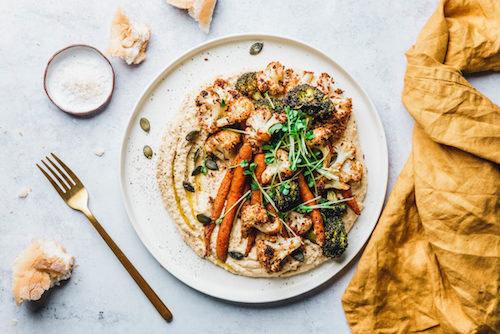 Hummus mit geröstetem Blumenkohl, Brokkoli & Möhren