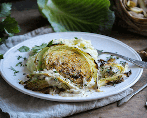 Ofen-Weißkohl mit Zwiebelbechamel & Kartoffelpüree